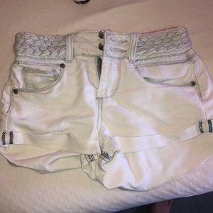 Light jean shorts with braids